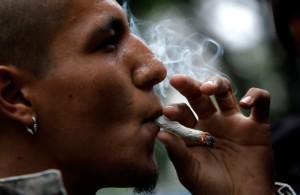 Человек курит самокрутку